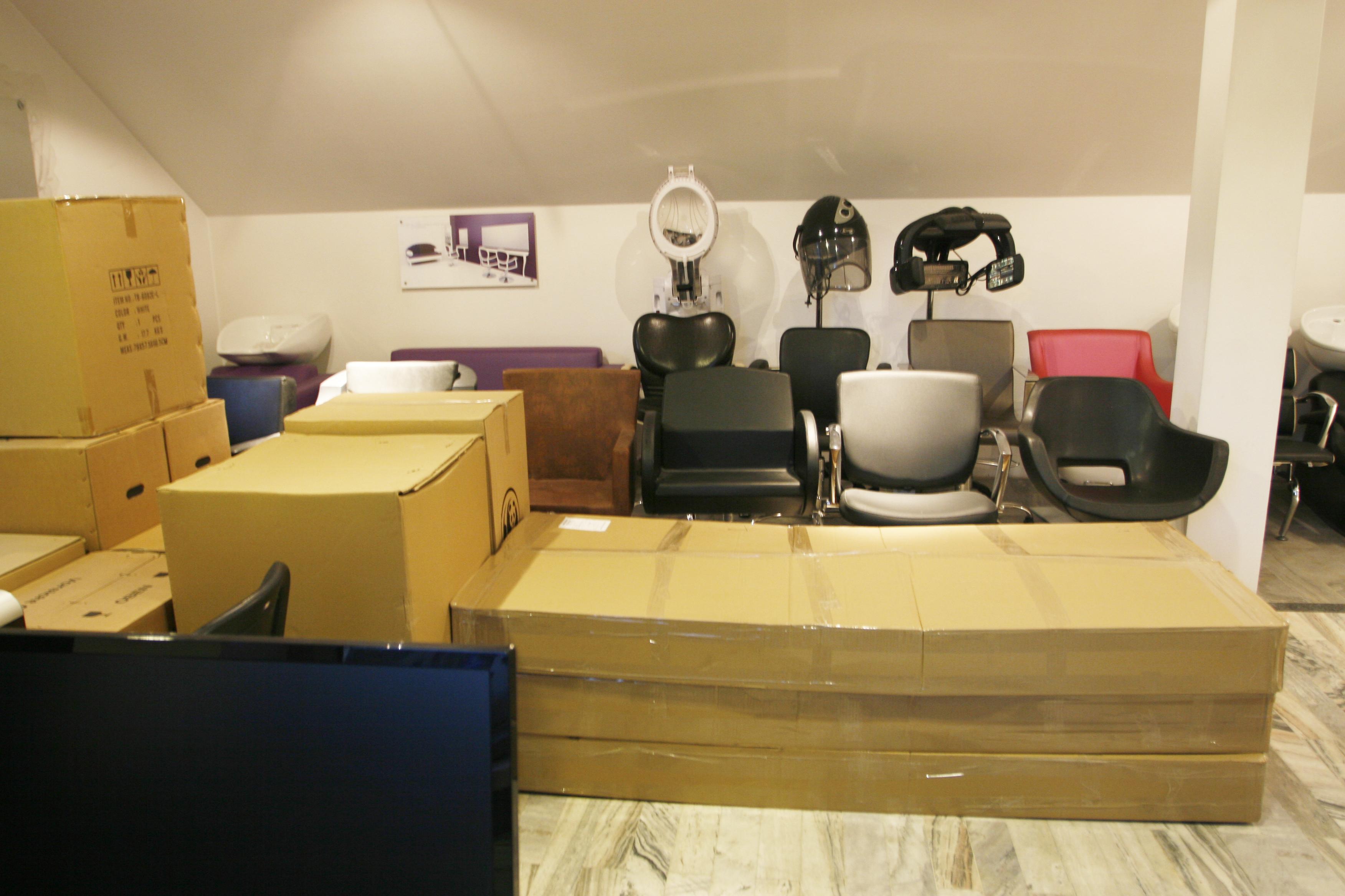 Show room z meblami fryzjerskimi wystawa o nas